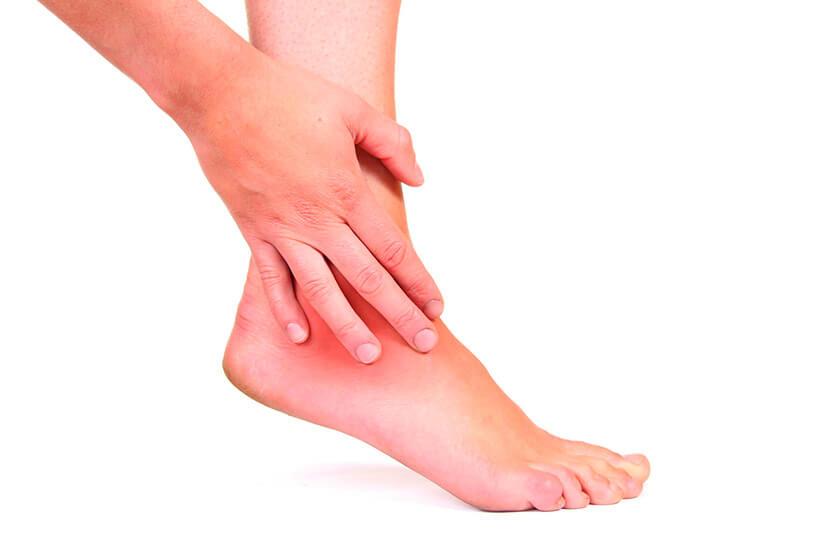 Красные пятна на ступнях ног и мелкие точки на ногах ниже колен